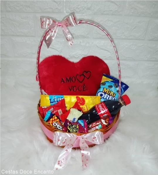 cesta de chocolate com pelucia para dia dos namorados