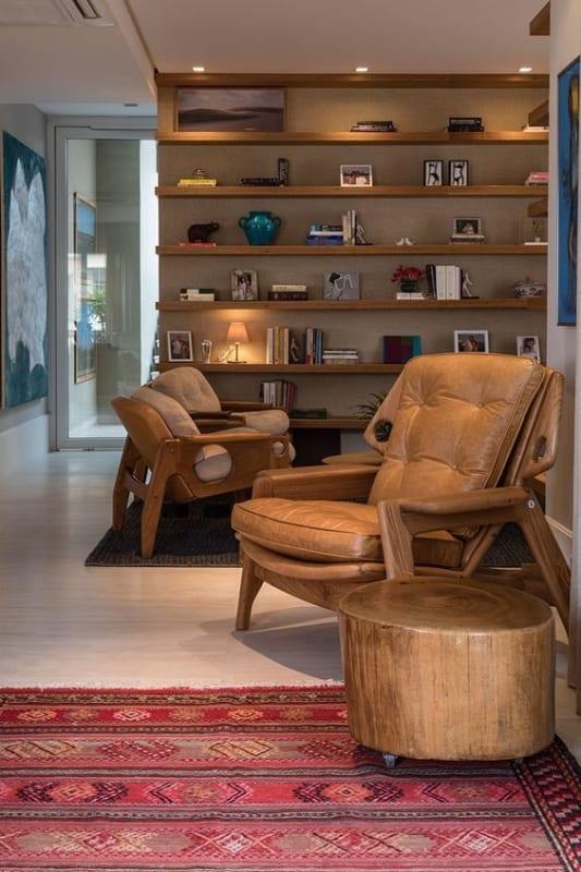 espaco de leitura com cadeira estofada em couro
