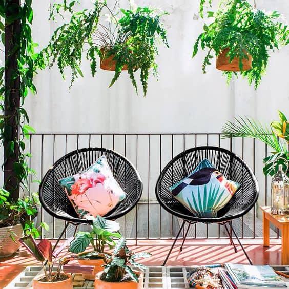 varanda com cadeira acapulco preta com almofada