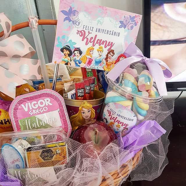 cesta de cafe da manha para aniversario de crianca