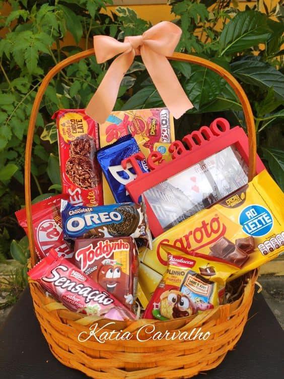 cesta de chocolate dia dos namorados com porta retrato