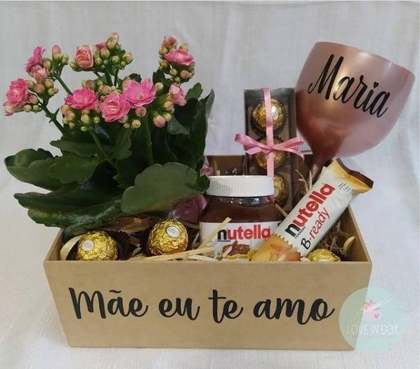 cesta de chocolates com flores para dia das maes