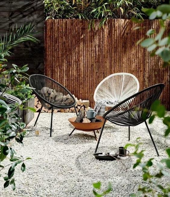 jardim rustico com cadeiras acapulco