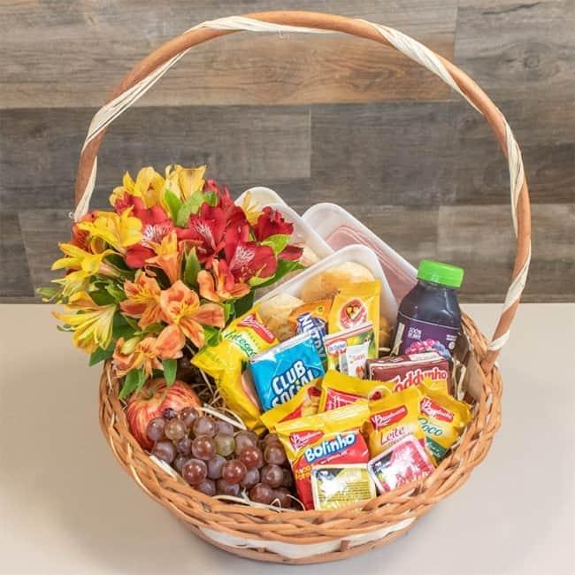 cesta de cafe da manha pequena com flores