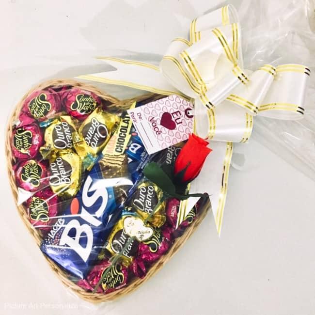 cesta de chocolate simples em formato de coracao
