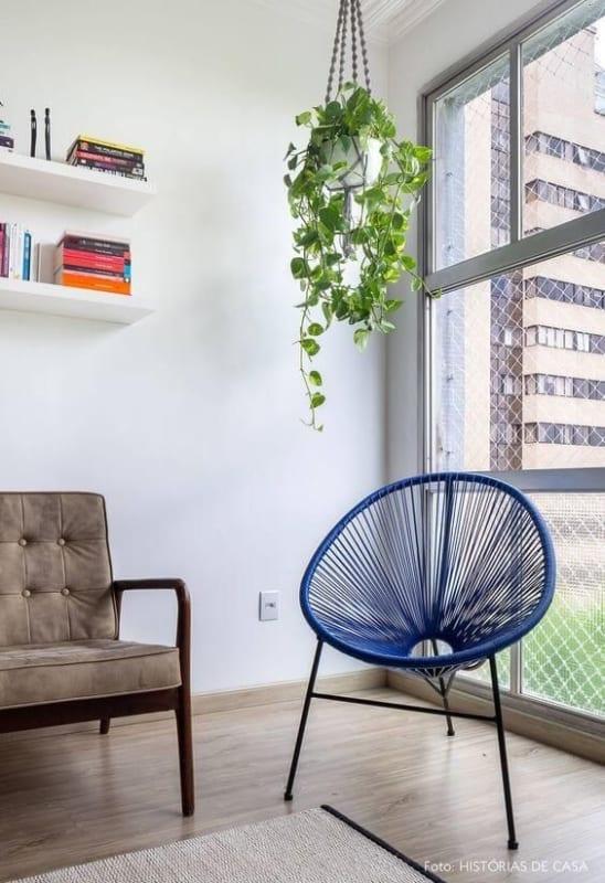 sala com cadeira acapulco azul