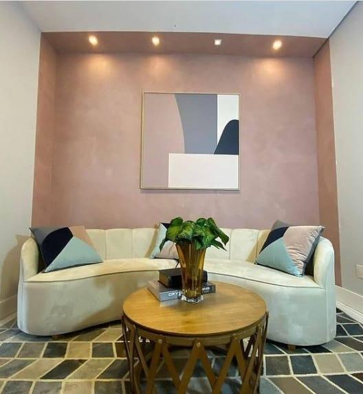 sala com parede de tinta cimento queimado rosa