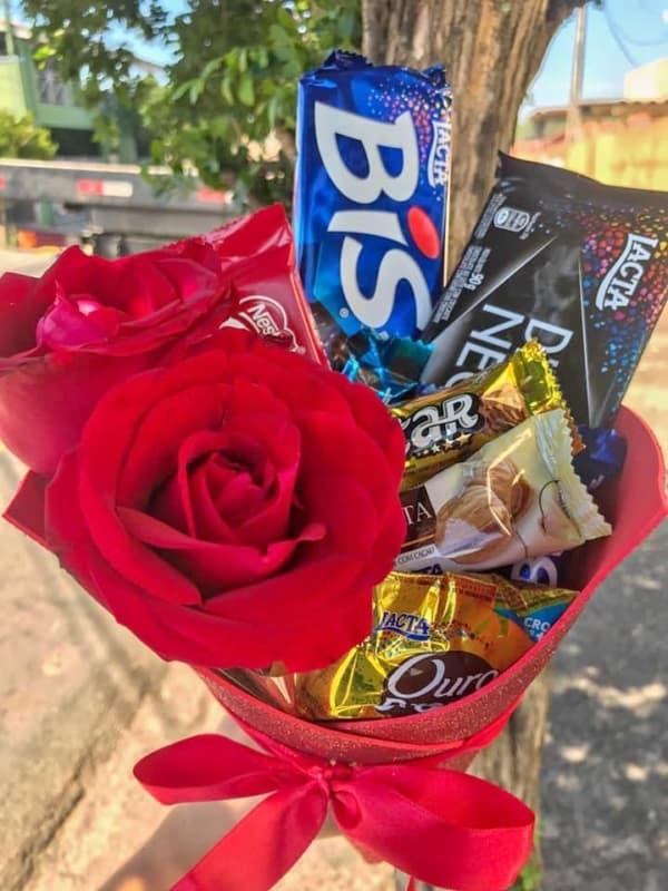 cesta criativa de dia das maes com flores e chocolates