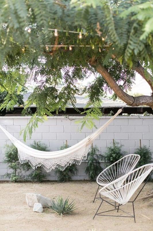 jardim com arvore e cadeiras acapulco