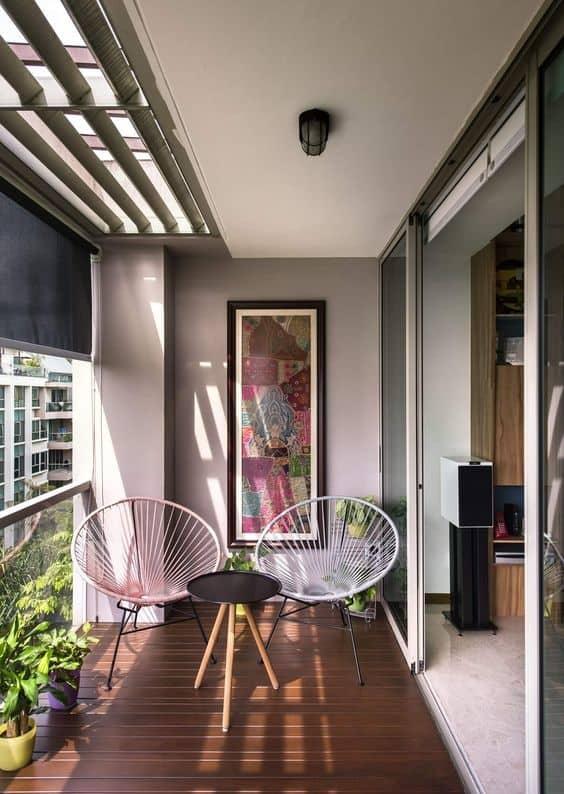 sacada decorada com par de cadeiras acapulco