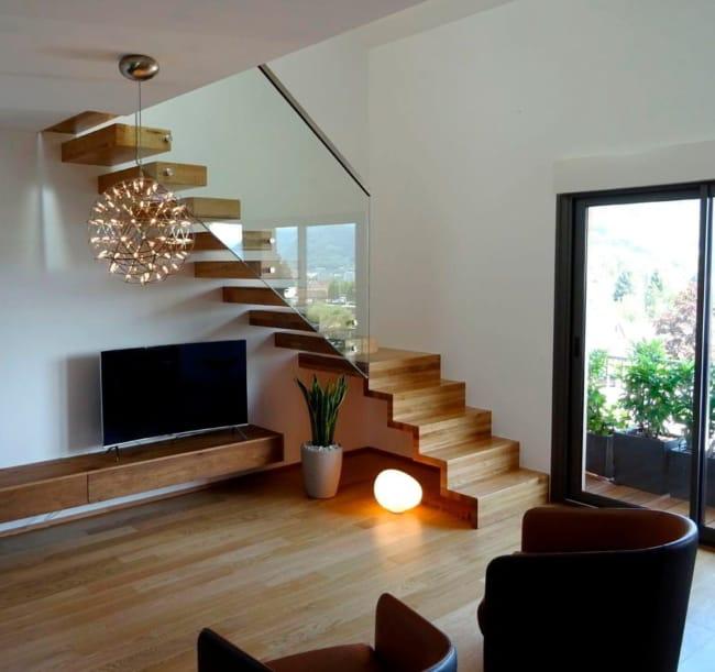 sala moderna com escada de madeira em L