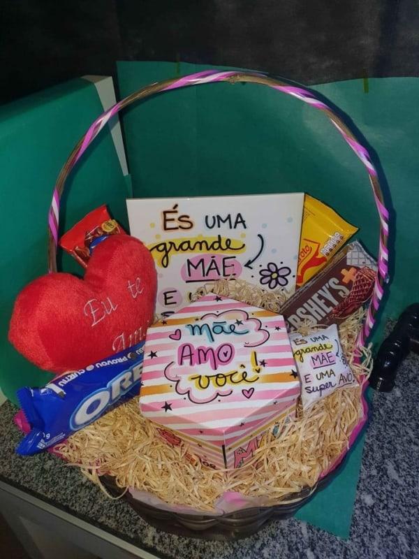 cesta de dia das maes com chocolates