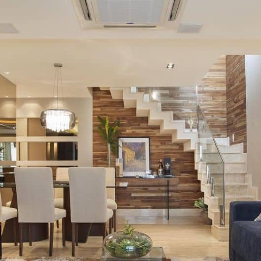 sala de jantar com escada em L