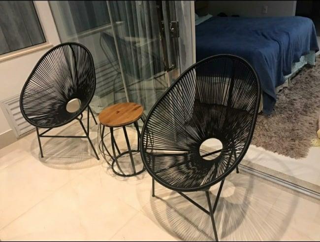 varanda com cadeira acapulco peta