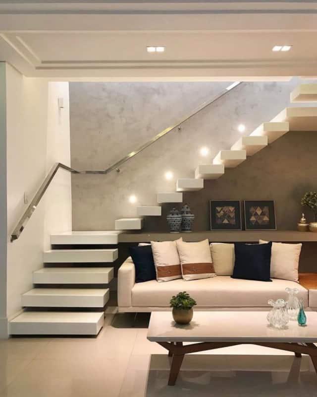 sala moderna com escada branca em L