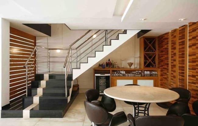 sala de jantar com escada de alvenaria em L