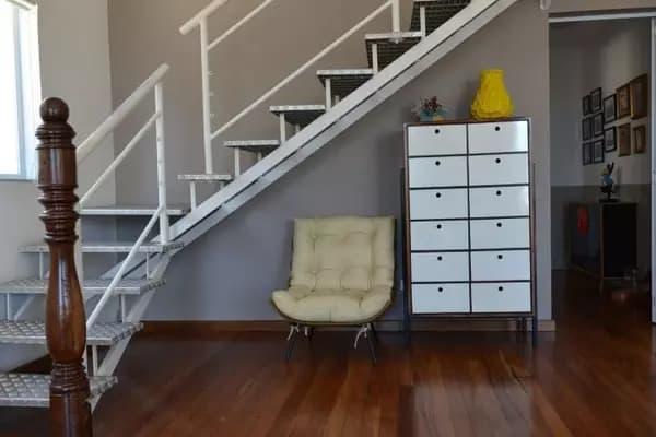 sala com escada de ferro em L