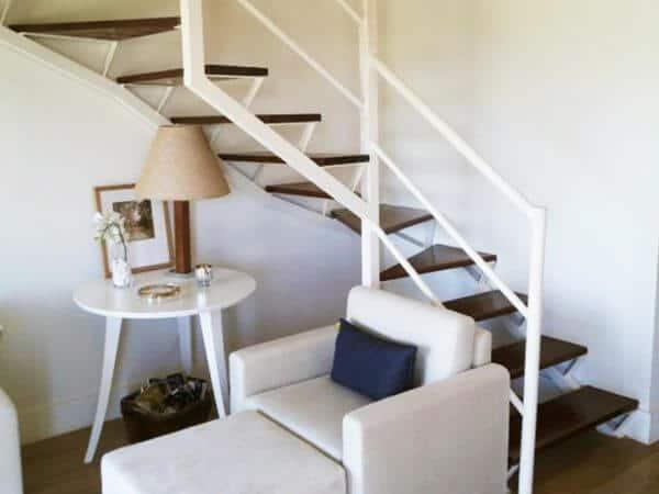sala pequena com escada em L