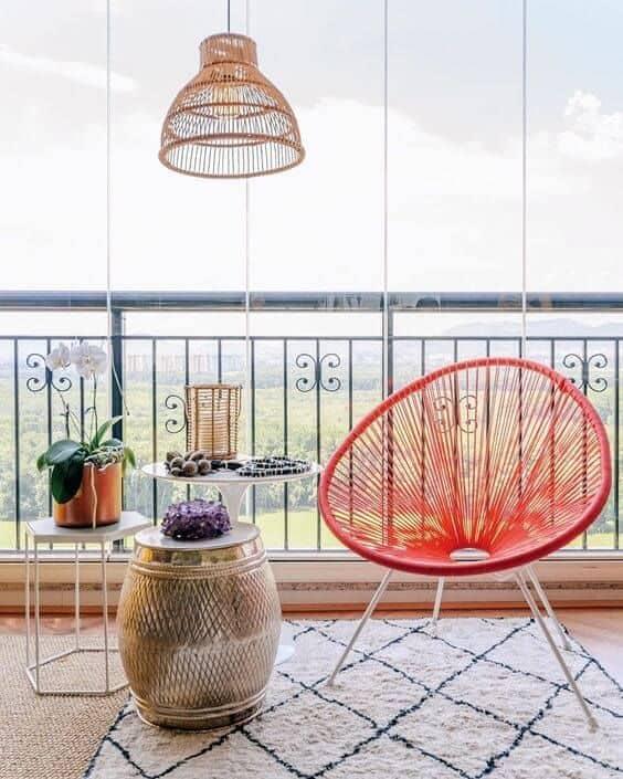 cadeira acapulco vermelha na decoracao