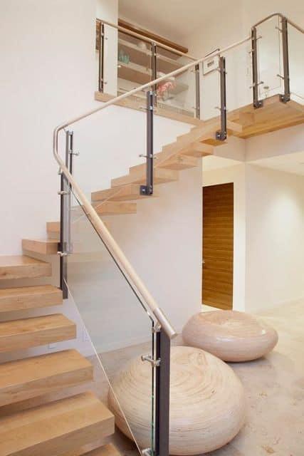 escada em L flutuante com degraus de madeira