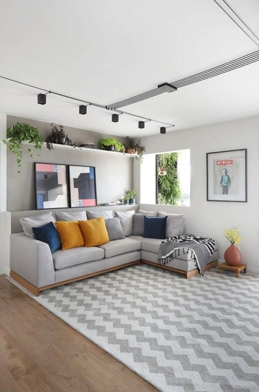 sala com sofa cinza claro e almofadas coloridas