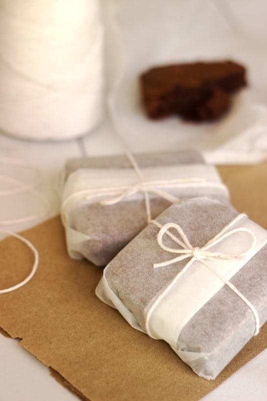brownie em embalagem de papel com barbante