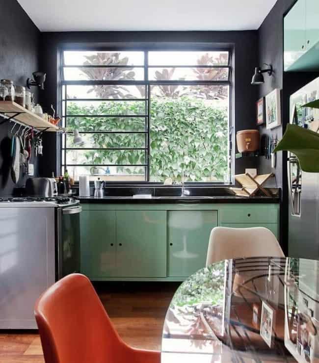 cozinha com armarios verdes e paredes pretas