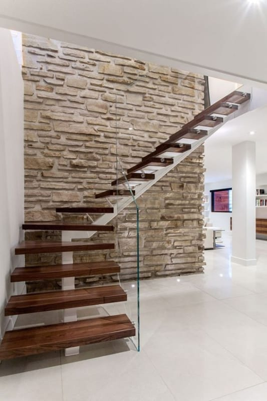 escada com degraus em madeira