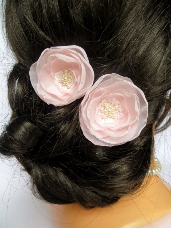 penteado decorado com flor de tecido