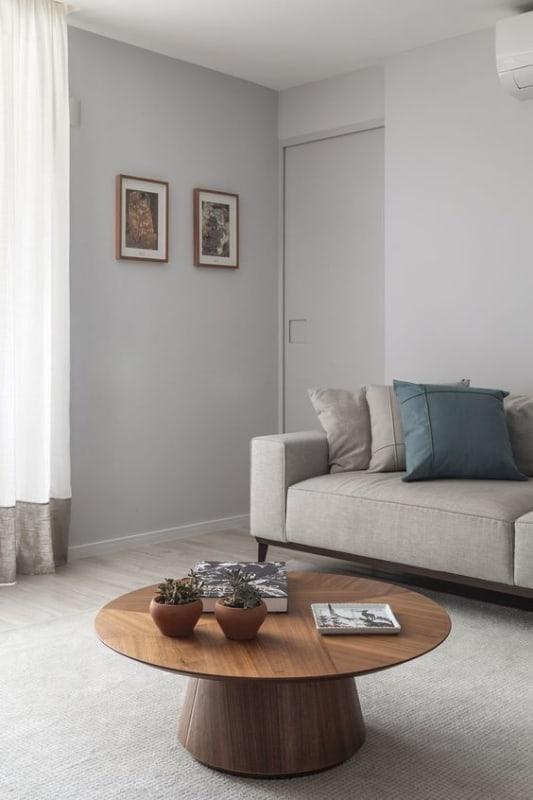 sala com paredes em cinza claro