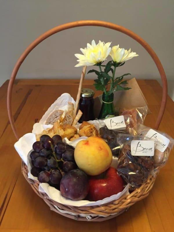 cesta de cafe da manha pequena com frutas