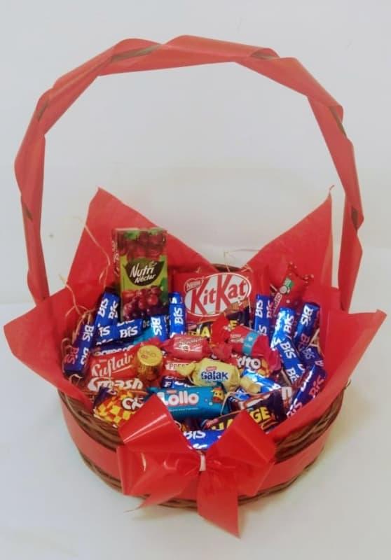 cesta simples com chocolates
