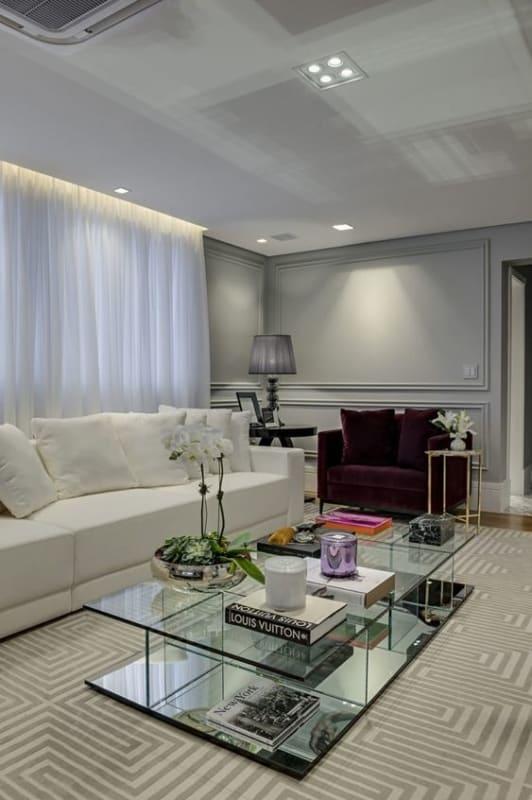 sala de estar cinza claro com poltrona roxa