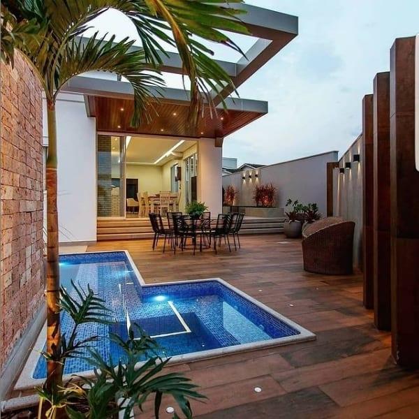area externa com piso de porcelanato amadeirado em volta da piscina