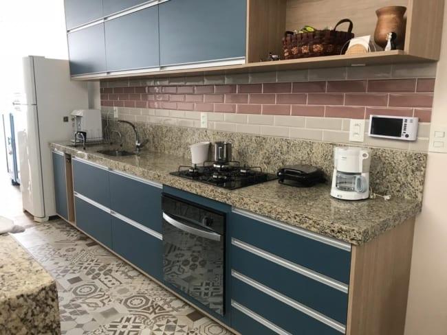 bancada de cozinha moderna com granito Santa Cecilia