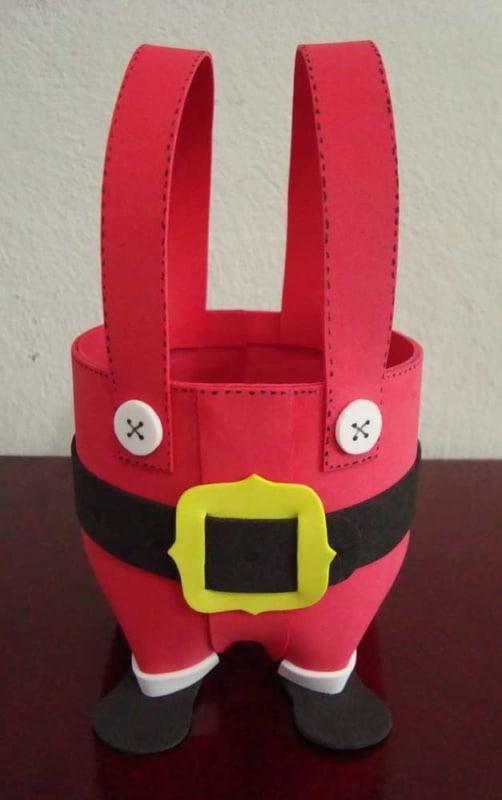 cestinha de garrafa pet decorada em EVA e com tema de natal