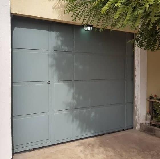 fachada de casa com portao de correr pequeno
