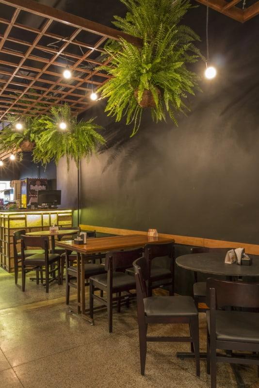 bar decorado com plantas