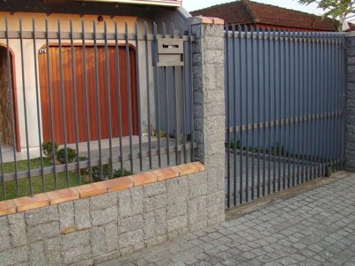 casa com portao de garagem pequeno e estilo grade