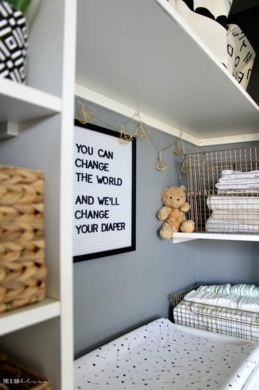 quarto de crianca decorado com letter board branco