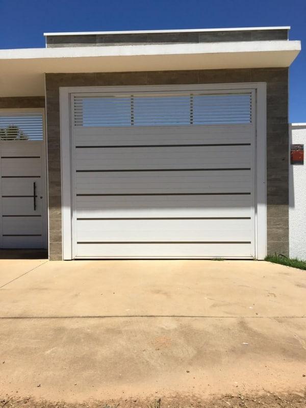 casa com portao de garagem pequeno e fechado