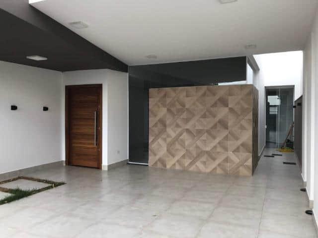 garagem de casa com piso de porcelanato