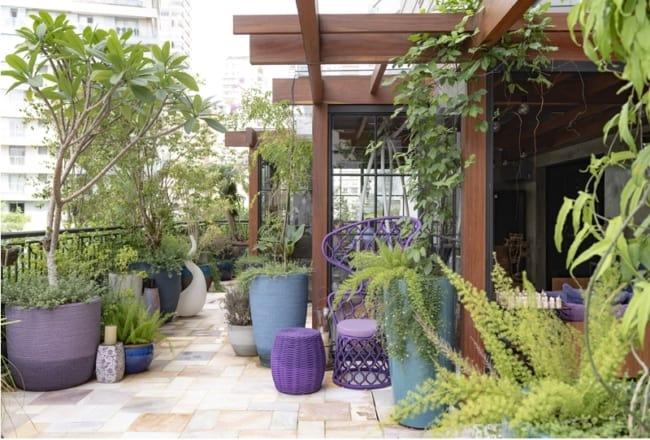 varanda decorada com plantas e jasmim manga