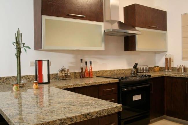 cozinha planejada com bancada de granito Santa Cecilia