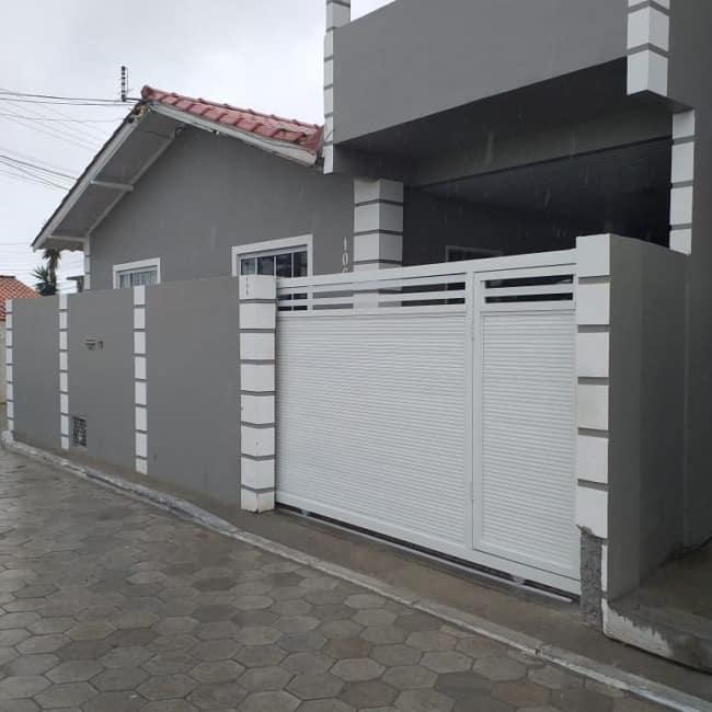fachada de casa com portao pequeno e branco