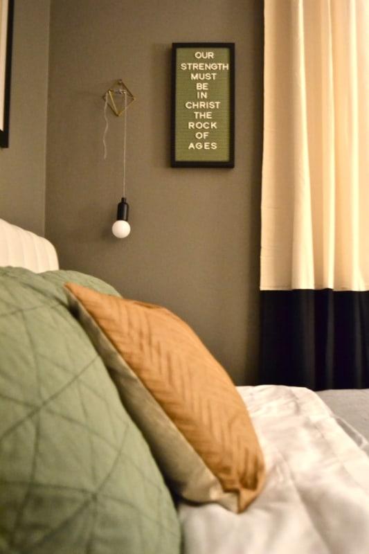 quarto decorado com letter board verde