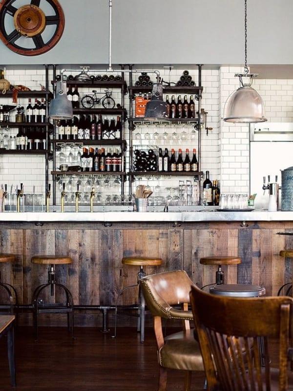 bar com decoracao rustica e balcao de madeira