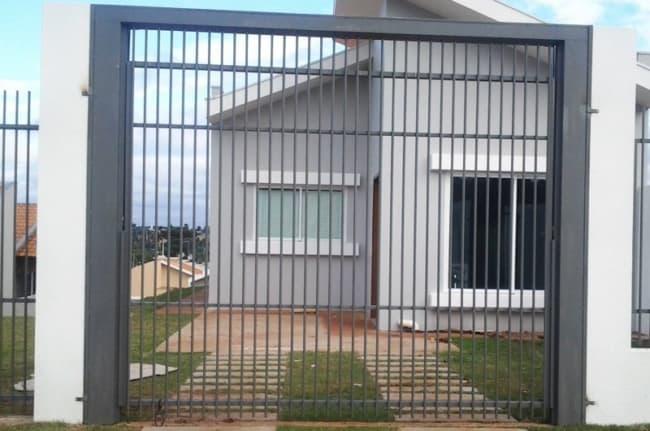 fachada de casa com portao de garagem pequeno e aberto