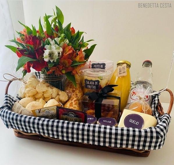 cesta de aniversario com flores para irma