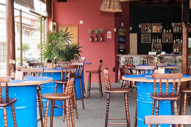 bar decorado com estilo simples e criativo